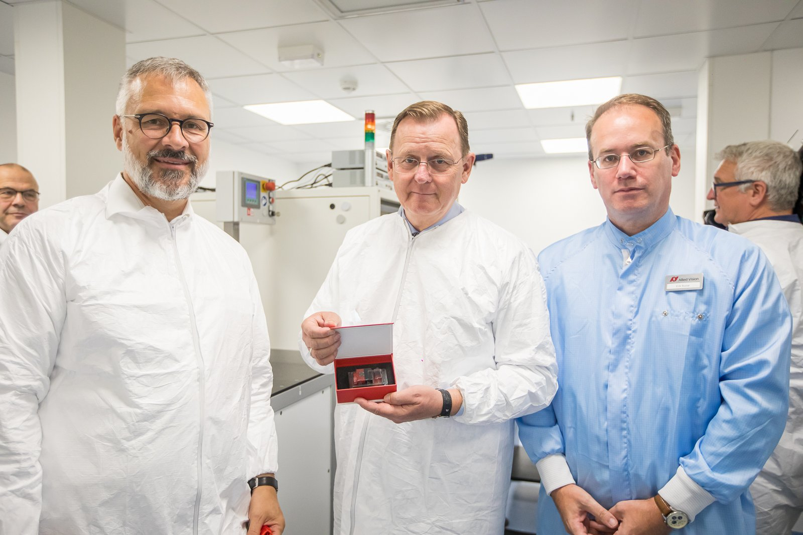 Andreas Gerk (CEO, left) and Erik Busse (Global Manufacturing Engineer, right) offer Prime Minister Ramelow the first serial production Alvium camera